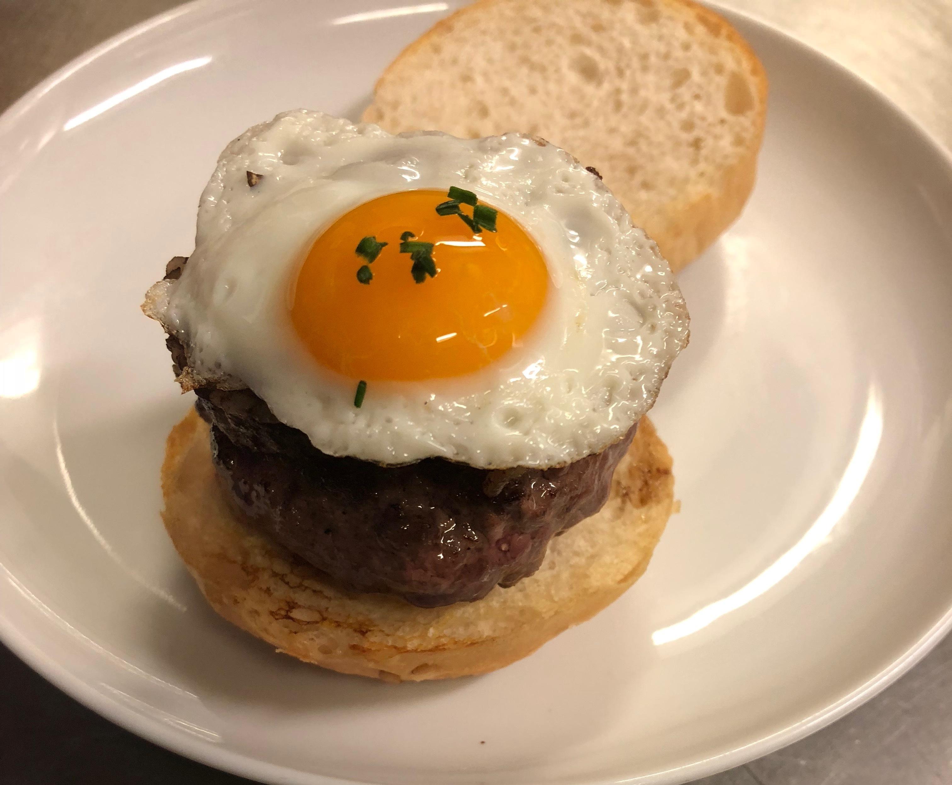 Mini burger con morcilla de arroz </br>y huevo de codorniz